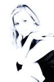 Belle blonde dans des sons bleus principaux élevés Photo stock