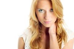 Belle blonde dans le blanc Photographie stock