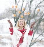Belle blonde dans une neige russe traditionnelle d'hiver photographie stock libre de droits