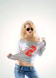 Belle blonde de jeune femme dans le T-shirt et des jeans sur le backg blanc Photo libre de droits