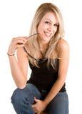 Belle blonde de sourire avec des lunettes de soleil Photo libre de droits