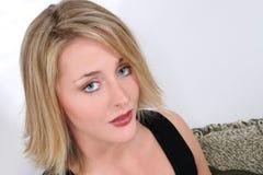 Belle blonde de vingt une ans avec des œil bleu images stock