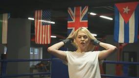 Belle blonde disposant à pratiquer des coups closeup clips vidéos