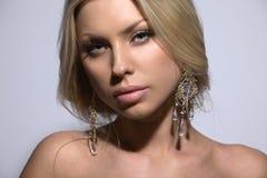 Belle blonde, projectile de studio image libre de droits