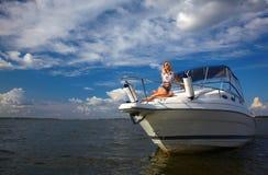 Belle blonde sur le yacht Image libre de droits