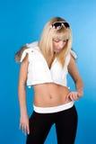 Belle blonde sur un fond bleu photo libre de droits