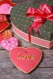 Belle boîte de coeur et de beaucoup de biscuits colorés de vacances Photos libres de droits