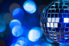 Belle boule de disco sur le fond foncé de bokeh Image stock