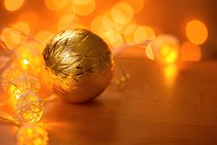 Belle boule de Noël sur la table images stock