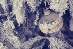 Belle boule en verre sur l'arbre de Noël Photo libre de droits