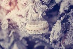 Belle boule en verre sur l'arbre de Noël Photographie stock