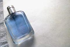 Belle bouteille fascinante à la mode transparente en verre bleue de cologne, de parfum et de ruban des fausses pierres de scintil Photos stock