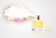 Belle bouteille pulvérisant le nuage coloré Photographie stock