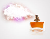 Belle bouteille pulvérisant le nuage coloré Photos libres de droits