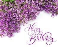 Belle branche lilas d'isolement le ressort blanc de fond avec le joyeux anniversaire des textes Lettrage de calligraphie Image libre de droits