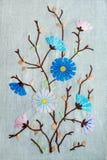 Belle broderie folklorique faite main des fleurs roses et bleues et Photo stock