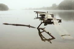 Belle brume de matin par le lac Matin brumeux photos stock