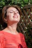 Belle brune appréciant la lumière du soleil Photo libre de droits