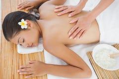 Belle brune appréciant un massage Photo stock