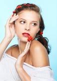 Belle brune avec des ashberries Photos libres de droits