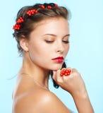Belle brune avec des ashberries Photo libre de droits