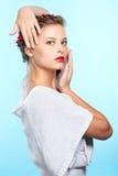 Belle brune avec des ashberries Image libre de droits