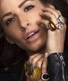 Belle brune avec le jawellery Photographie stock