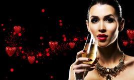 Belle brune avec les bijoux de port d'or de maquillage foncé Photos stock