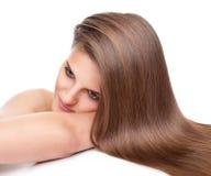 Belle brune avec longtemps les cheveux droits et brillants Photo libre de droits