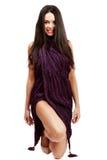 Belle brune caucasienne dans la robe improvisée Photographie stock libre de droits