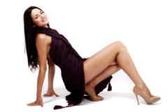 Belle brune caucasienne dans la robe improvisée Image stock