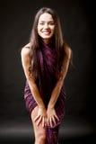 Belle brune caucasienne dans la robe improvisée Images libres de droits