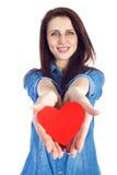 Belle brune d'amour et de Saint-Valentin tenant un coeur rouge dans des mains d'isolement sur le fond blanc Photographie stock libre de droits