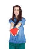 Belle brune d'amour et de Saint-Valentin tenant un coeur rouge dans des mains d'isolement sur le fond blanc Image stock