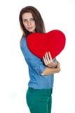 Belle brune d'amour et de Saint-Valentin tenant un coeur rouge dans des mains d'isolement sur le fond blanc Image libre de droits