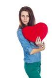 Belle brune d'amour et de Saint-Valentin tenant un coeur rouge dans des mains d'isolement sur le fond blanc Images libres de droits