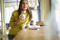 Belle brune dans des entrevues jaunes d'un chemisier avec d'autres services et directeurs de société employant la technologie Photos libres de droits