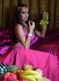 Belle brune, danseuse du ventre dans l'intérieur arabe de harem Images stock
