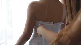 Belle brune de jeune mariée dans une longue robe de mariage dans un intérieur classique Matin de la jeune mariée clips vidéos