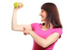 Belle brune pendant l'exercice de forme physique avec des haltères Photo libre de droits