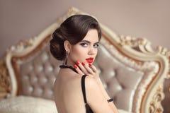 Belle brune, portrait de femme élégante Rétro dame avec le rouge Photographie stock libre de droits