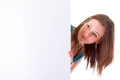 Belle brune retenant le panneau blanc vide Photos stock