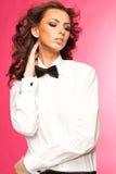 Belle brune utilisant un arc de lien noir et une chemise blanche Images libres de droits