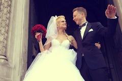 Belle cérémonie de jeunes mariés à l'église avec le bouquet de fleur de rose de rouge Image stock