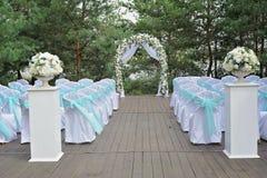 Belle cérémonie de mariage décorée de la voûte, des fleurs et des chaises Photo stock