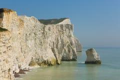 Belle côte anglaise Seaford le Sussex est Angleterre R-U avec les falaises de craie blanches, les vagues et le ciel bleu photos libres de droits