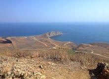 Belle côte, collines, mer lumineuse et ciel Photos stock