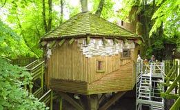 Belle cabane dans un arbre d'Alnwick, jardin d'Alnwick, dans le comté anglais du Northumberland image stock