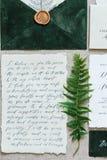 Belle calligraphie épousant des attributs dans des couleurs en pastel Invitation, enveloppe photographie stock libre de droits