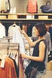 Belle camice tailandesi di acquisto della ragazza dell'Asia della donna Fotografia Stock Libera da Diritti